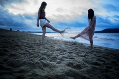 Due ragazze stanno giocando la sabbia fotografia stock