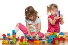 Le ragazze stanno giocando sul pavimento Immagini Stock Libere da Diritti