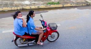 Due ragazze su un motociclo in Tailandia fotografie stock