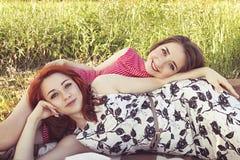 Due ragazze su un resto all'aperto fotografie stock libere da diritti