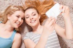 Due ragazze sul pavimento Immagine Stock Libera da Diritti