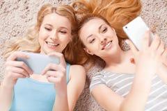 Due ragazze sul pavimento Fotografia Stock Libera da Diritti