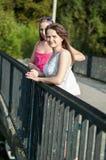 Due ragazze sul ponte Immagini Stock