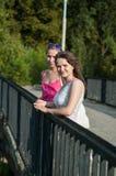 Due ragazze sul ponte Fotografia Stock