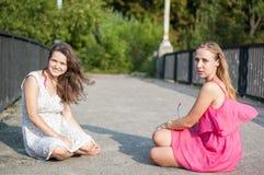 Due ragazze sul ponte Fotografia Stock Libera da Diritti