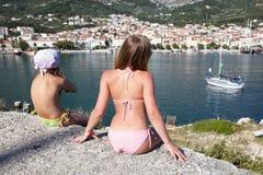 Due ragazze sulla costa del mare Immagine Stock Libera da Diritti
