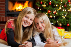 Due ragazze sulla notte di Natale immagini stock libere da diritti