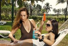 Due ragazze sulla spiaggia Fotografia Stock Libera da Diritti