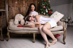 Due ragazze sullo strato Fotografie Stock