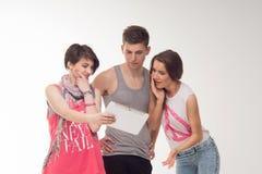 Due ragazze teenager attraenti e un ragazzo si divertono, Immagini Stock