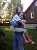 Due ragazze teenager che si giocano e che si abbracciano fotografia stock libera da diritti