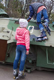 Due ragazze teenager con i rulli al veicolo da combattimento di Bradley di guerra immagine stock libera da diritti