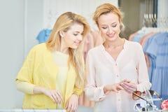 Due ragazze in un negozio di vestiti Fotografia Stock