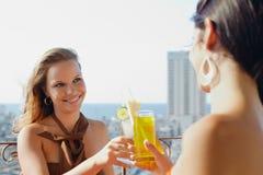 Due ragazze in vacanza in Cuba Fotografia Stock