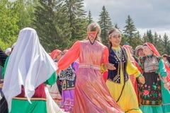 Due ragazze in vestiti nazionali ballano nel centro fotografia stock libera da diritti