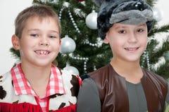 Due ragazzi alla sfera del masket di natale Fotografie Stock Libere da Diritti