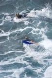 Due ragazzi caucasici adolescenti che praticano il surfing. Immagine Stock