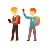 Due ragazzi che camminano dalla scuola con i loro zainhi e Smartphones, tempo di Person Being Online All The ossessionato con l'a Immagini Stock Libere da Diritti