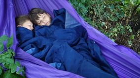 Due ragazzi che dormono insieme nell'amaca archivi video