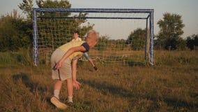 Due ragazzi che giocano a calcio al tramonto Un pallone da calcio sta colpendo Scopo di calcio Sogni del ` s dei bambini delle vi video d archivio