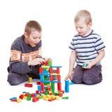 Due ragazzi che giocano con la costruzione fotografia stock libera da diritti