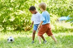 Due ragazzi che giocano gioco del calcio immagine stock libera da diritti