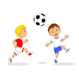 Due ragazzi che giocano gioco del calcio Fotografie Stock Libere da Diritti