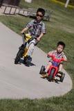 Due ragazzi che guidano le bici Fotografia Stock