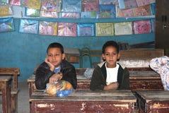 Due ragazzi che si siedono sui loro dischi alla scuola nell'Egitto Fotografie Stock
