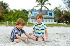 Due ragazzi dei bambini divertendosi sulla spiaggia tropicale Immagini Stock Libere da Diritti