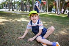 Due ragazzi dei bambini divertendosi in un parco, migliori amici felici che giocano, concetto di amicizia Fratelli dei fratelli g immagini stock