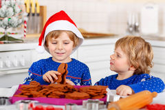 Due ragazzi del bambino che cuociono i biscotti del pan di zenzero Fotografia Stock
