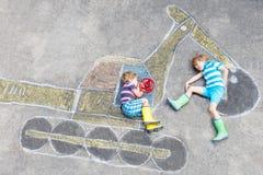 Due ragazzi del bambino con l'immagine del gesso dell'escavatore Immagine Stock Libera da Diritti