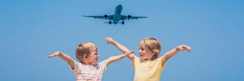 Due ragazzi felici sulla spiaggia e su un aereo di atterraggio Viaggiando con l'INSEGNA di concetto dei bambini, formato lungo fotografia stock libera da diritti