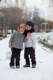 Due ragazzi nel parco con la lanterna Fotografia Stock Libera da Diritti
