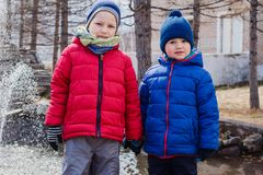 Due ragazzi in rivestimenti e cappelli caldi fotografia stock