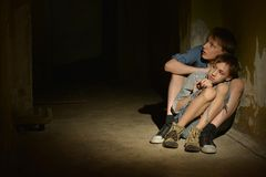 Due ragazzi soli immagine stock
