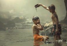 Due ragazzi su The Creek Fotografie Stock Libere da Diritti