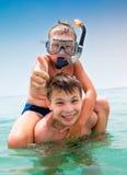 Due ragazzi su una spiaggia Fotografie Stock Libere da Diritti