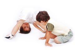 Due ragazzi svegli sono giocare isolato Fotografia Stock Libera da Diritti