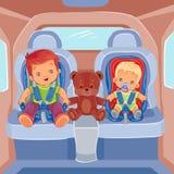 Due ragazzini che si siedono nelle sedi di automobile del bambino illustrazione di stock