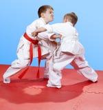 Due ragazzini stanno preparando il pugilato d'allenamento di judo Fotografia Stock