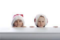Due ragazzini svegli con i cappelli di natale Immagine Stock Libera da Diritti
