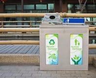 Due recipienti residui dell'acciaio inossidabile in uno per riciclano la separazione Fotografia Stock Libera da Diritti