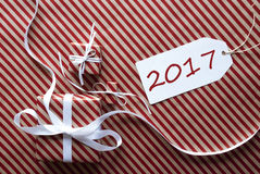 Due regali con l'etichetta, testo 2017 Immagini Stock Libere da Diritti