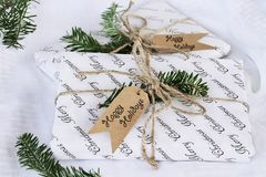 Due regali di Natale con le etichette felici di feste fotografie stock