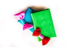Due regali fatti a mano luminosi su bianco Fotografia Stock