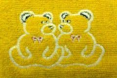 Due ricami nei telai decorativi, accessori per il giocattolo del ` dell'orsacchiotto e del ricamo s su fondo di legno fotografia stock