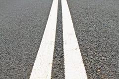 Due righe sulla strada asfaltata Immagini Stock