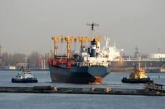 Due rimorchi ottengono la nave del asciutto-carico Immagini Stock Libere da Diritti